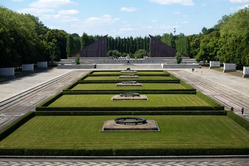 sowjetisches ehrenmal in treptower park. Black Bedroom Furniture Sets. Home Design Ideas