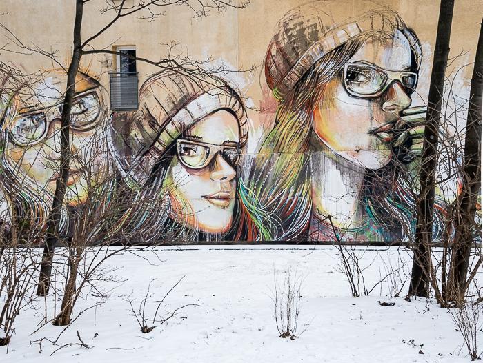 Suspended; muurportretten door Alice Pasquini